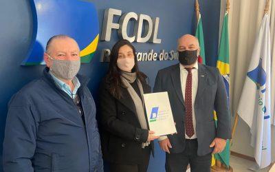 CDL Garibaldi entrega documentação solicitada pela FCDL-RS